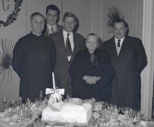 1963 - Na foto, a primeira enfermeira do Pompéia, Isabela Pezzi, apagou as velas do bolo de aniversário de 50 anos do Pompéia.